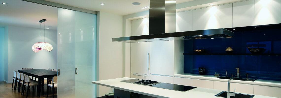 Küchenrückwand und Schiebetüre aus Glas