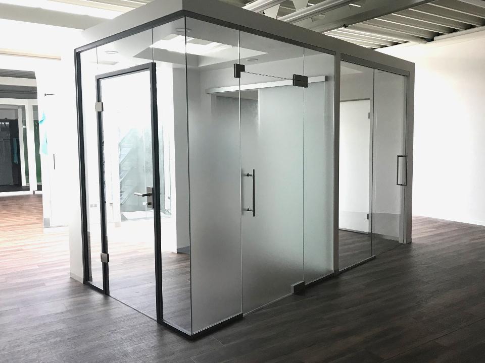 Glasschiebetüren und Glastrennwände mit Pendeltüren