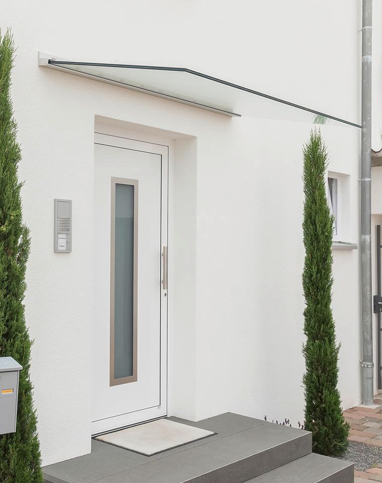 freitragendes Ganzglasvordach beim Hauseingang