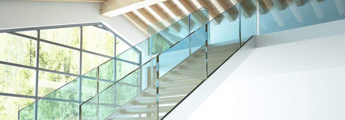 Ganzglasgeländer bei Treppenaugang