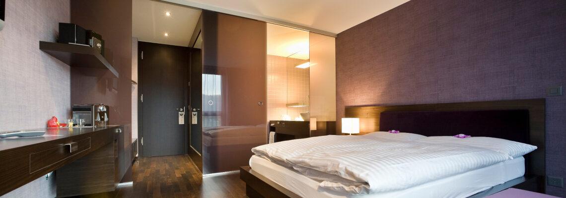Glas im Hotelzimmer